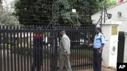 숨진 올가 폰세카 대사의 나이로비 관저를 지키는 경찰들