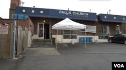 Falls Church Distillers di luar Washington, D.C. memproduksi pembersih tangan dengan kandungan alkohol tinggi untuk membantu memenuhi permintaan yang tinggi. (Foto: VOA)