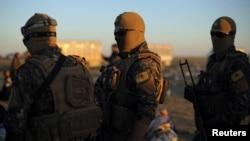 Para pejuang pasukan demokratik Suriah atau SDF siaga di dekat desa Baghouz, provinsi Deir Al Zor, Suriah (1/3).