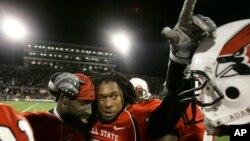 印第安纳州鲍尔州立大学前橄榄球校队后卫温德尔·布朗(左)被一家中国法院判处四年有期徒刑(2008年美联社资料照)