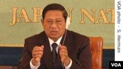 Presiden Susilo Bambang Yudhoyono membela wakil presiden dan menteri keuangan, sehari setelah parlemen menyerukan penyelidikan kriminal atas peran mereka dalam dana talangan bank yang kontroversial.