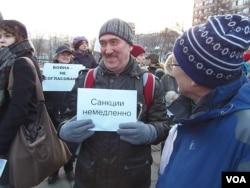 莫斯科3月7日反战集会。教师亚历山大(中)手举标语:立刻制裁 (美国之音 白桦拍摄)