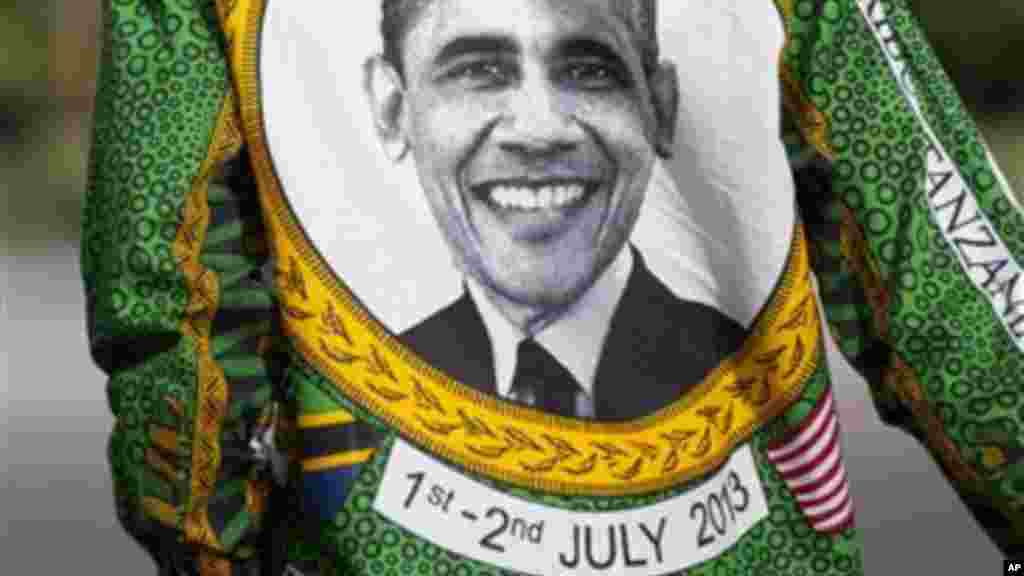 Moja ya kanga zimevaliwa na watu kumkaribisha Rais Obama mjini Dar es Salaam.