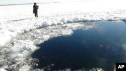 俄羅斯在結冰的湖里試圖尋找隕石碎片