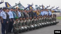 Presiden SBY berfoto bersama dengan beberapa menteri KIB II, Pejabat Tinggi TNI dan beberapa orang penerbang TNI AU dengan latar belakang Pesawat T 50i di Pangkalan Udara Halim Perdana Kusuma, Jakarta, Kamis 13 Februari 2014. (VOA/Andylala)