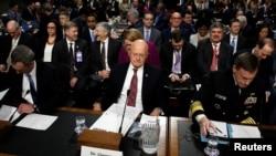 Direktur Intelijen Nasional AS, James Clapper Jr., bersiap untuk memberikan kesaksian di hadapan Komite Angkatan Bersenjata Senat di Gedung Capitol, Washington DC, 5 Januari 2017. (REUTERS/Kevin Lamarque).