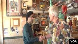 بکس ریستوران کے مالک جیمز میک نیون ہمیں خوش آمدید کہتے ہوئے۔