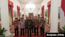 Presiden Jokowi memberikan keterangan pers bersama dengan para pimpinan lembaga negara di Istana Negara, Jakarta, 19 Januari 2016.(Foto: VOA/Andylala).