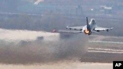 지난 2013년 4월 미-한 연합 '키 리졸브' 연습에 참가한 미 공군 소속 F-16 전투기가 오산 공군기지에서 이륙하고 있다. (자료사진)