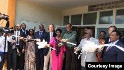 Perezida John Pombe Magafuli wa Tanzaniya na Paul Kagame w'u Rwanda bataha ibiro bikoreraramo abashinzwe za gasutamo n'abinjira n'abasohoka