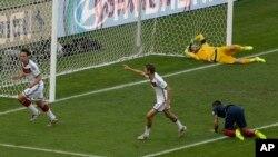 El defensa de Alemania, Mats Hummels, vence al portero francés Hugo Lloris.