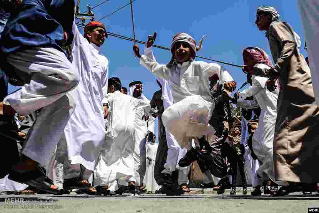 سنت هوسه در اهواز، خوزستان. در آن افراد با پایکوبی همراه با شعرخوانی از خانه فرد مصیبت داری شروع می کنند و به خانه ریش سفید می روند.