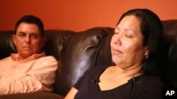 Raquel Alvarado, ibu dari Erica Maria Alvarado Rivera, Alex Rivera, dan Jose Angel Rivera, saat diwawancarai media di Progreso, Texas (30/10). Tiga orang anaknya ditemukan tewas ditembak di kota perbatasan Matamoros, Meksiko (AP Photo/The Monitor, Joel Martinez).