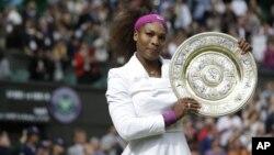 Petenis puteri AS juara turnamen Wimbledon tahun lalu, Serena Williams memulai upaya mempertahankan gelar juaranya di lapangan rumput, setelah menjuarai Perancis Terbuka (foto: dok).