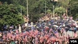 遊行人士逼爆中環遮打花園一帶,形成一片美國旗海。(攝影: 美國之音湯惠芸)