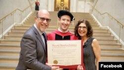 Создатель Facebook наконец получил диплом Гарварда