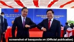 Phó Thủ tướng-Bộ trưởng Ngoại giao Việt Nam Phạm Bình Minh và Bộ trưởng Ngoại giao Trung Quốc Vương Nghị tại lễ kỷ niệm 20 năm hiệp ước biên giới