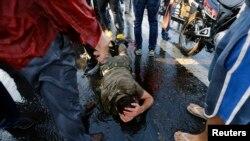 یکی از سربازانی که پس از کودتای نافرجام خود را تسلیم کرده، در محاصره هوادارن خشمگین رجب طیب اردوغان - آرشیو