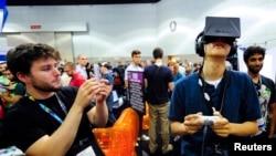 Kacamata realitas virtual Oculus digunakan desainer perangkat lunak di Los Angeles, California, 2013. (Reuters/Gus Ruelas)