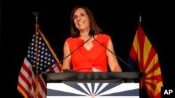 Kandidat Senator AS dari Partai Republik, Martha McSally, dari Arizona merayakan kemenangan dalam pemilihan pendahuluan, hari Selasa, 28 Agustus 2018 di Tempe, Arizona (foto: AP Photo/Matt York)