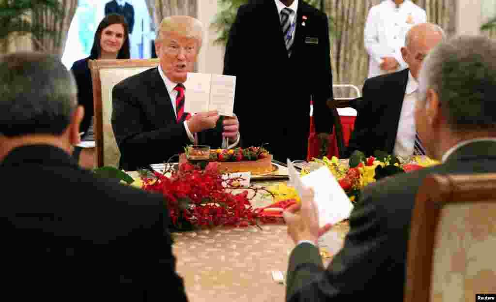 Shugaba Trump a taron liyafar cin abinci a Singapore tare da Fryime Minista Lee Hsien Loong a babbar dakin taron Istana a Singapore Yuni 11, 2018. (Ministry of Communications and Information, Singapore/Handout via Reuters)