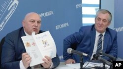 სურათზე: საოკუპაციო რეჟიმმა გალში ქართული სახელმძღვანელოების ამოღება დაიწყო