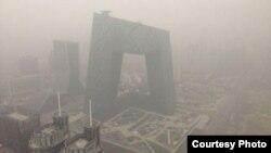 大雾阴霾笼罩下的北京(微博图片/网友提供)