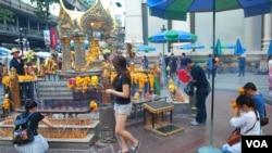 中國遊客喜愛參拜的曼谷四面佛。2018年,泰國預計接待超過一千萬中國遊客(2015年10月13日,美國之音朱諾拍攝)