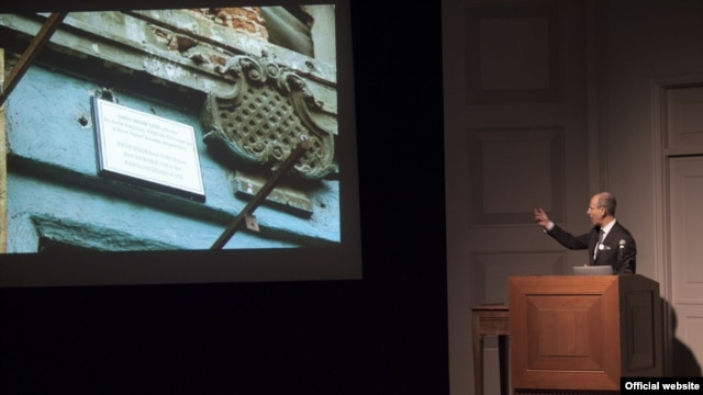 Glenn Lowry, the Museum of Modern Art director, discusses contemporary Middle Eastern art works at Washington's Sackler Gallery. (John Tsantes Photo)