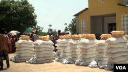 A food distribution site in Makunzi Wali in northern C.A.R. WFP is drastically cutting its food distribution efforts in the country due to lack of funding. (Photo: Zack Baddorf for VOA)