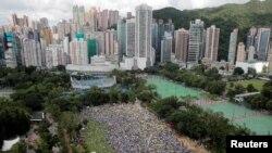 2019年6月9日在香港維多利亞公園,示威群眾要求當局廢除擬議中的把犯人引渡到中國的法案。他們手持黃色遮陽傘,這是過去的佔領中環運動的象徵。
