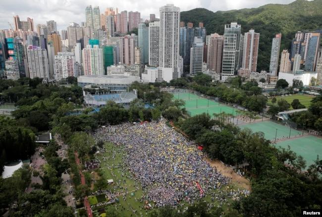 2019年6月9日在香港維多利亞公園,示威群眾要求當局廢除擬議中的把犯人引渡到中國的法案。 他們手持黃色遮陽傘,這是過去的佔領中環運動的象徵。