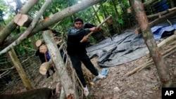 Polisi Thailand membongkar kamp migran di pegunungan Khao Kaew di Padang Besar, Songkhla, Thailand selatan, Selasa (5/5).