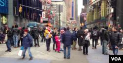 1月1日纽约时报广场游人如织。(美国之音方冰拍摄)
