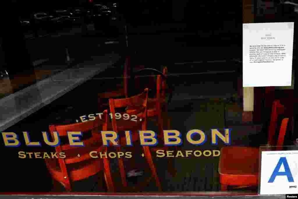 ផ្លាកសញ្ញាដែលគេដាក់សម្រាប់ប្រាប់ដល់អតិថិជនត្រូវបានគេដាក់នៅលើបង្អួចភោជនីយដ្ឋាន Blue Ribbon។ ផ្លាកសញ្ញានោះសរសេរថា ហាងនេះត្រូវបានបិទដើម្បីចូលរួមជាមួយការធ្វើបាតុកម្ម «ទិវាគ្មានជនចំណាកស្រុក» នៅ Brooklyn ក្នុងទីក្រុងញូវយ៉ក។