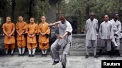 一名非洲学生在河南登封少林寺练习少林武术(2013年9月)