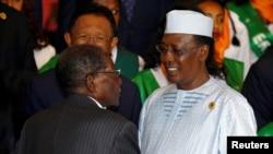 Le président du Tchad Idriss Déby Itno en aparté avec le président zimbabwéen Robert Mugabe, Addis-Abeba, Éthiopie, 3 juillet 2017.