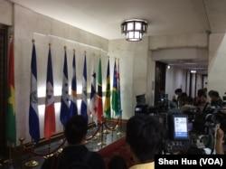 媒体在台湾外交部大厅内,媒体等待拍摄巴拿马国旗被移除 ( 美国之音记者申华 拍摄)