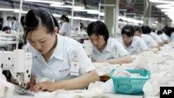 북한 개성공단의 북한 근로자들. (자료 사진)