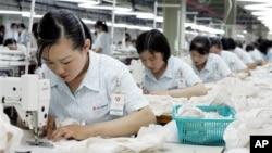 Nữ công nhân Bắc Triều Tiên làm việc tại một nhà máy của công ty may mặc Shinwon tại Kaesong.