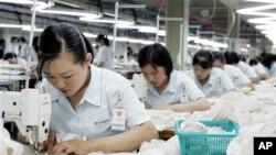 북한 개성공단 내 한국 기업에서 근무하는 북한 근로자들. (자료 사진)