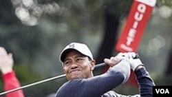 Tiger Woods berkunjung ke Thailand untuk melakukan turnamen amal bagi korban banjir.