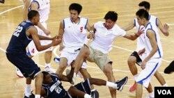 Para pemain dari tim basket Georgetown University dan klub Tiongkok Bayi Rockets berkelahi dalam laga persahabatan di Arena Basket Olimpiade Beijing, Kamis (18/8).