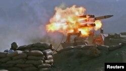 """伊朗軍隊在阿曼灣舉行的""""佐勒法加爾-99""""演習期間發射導彈。 (2020年9月8日)"""