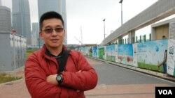 香港市民何先生贊成中環海濱改劃解放軍軍用碼頭 (美國之音記者 湯惠芸)