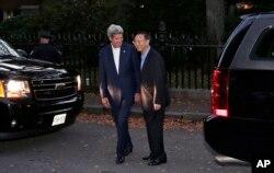 美国国务卿克里和中国国务委员杨洁篪在克里于波士顿的住宅外面(2014年10月17日)