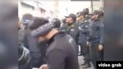در حالی که مغازه های بازار تهران روز یکشنبه بسته بود، نیروهای پلیس رفت و آمد بازاریان و مردم را زیر نظر داشتند.