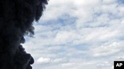 가다피군을 향해 공격을 가하는 반군요원