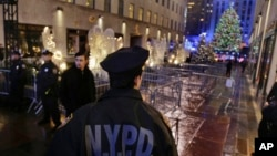 Поліцейський біля Центру Рокефеллера в Нью-Йорку