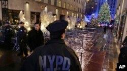 Cảnh sát Thành phố New York đứng gác tại lối vào Trung tâm Rockefeller trên Đại lộ 5 sau khi Cây Giáng Sinh của Trung tâm Rockefeller được thắp sáng, ngày 2 tháng 12, 2016.